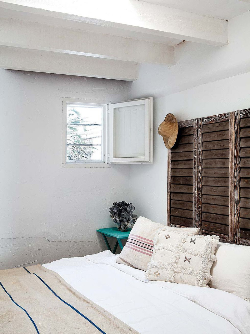 Une maison de pêcheur, rénovée par Jessica Bataille à Alicante // Tête de lit réalisée avec volets patinés