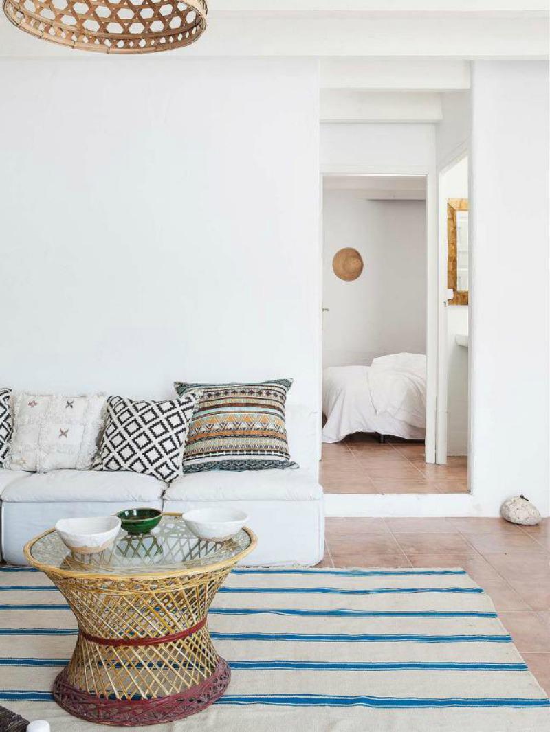 Une maison de pêcheur, rénovée par Jessica Bataille à Alicante // Tapis rayé en blanc et bleu et coussins ethniques