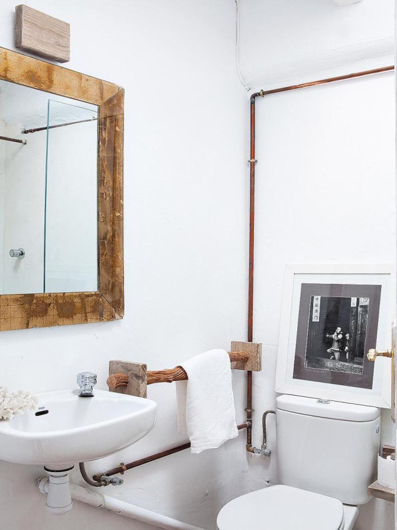 Une maison de pêcheur, rénovée par Jessica Bataille à Alicante // Petite salle de bain rustique avec le détail des tuyaux en cuivre