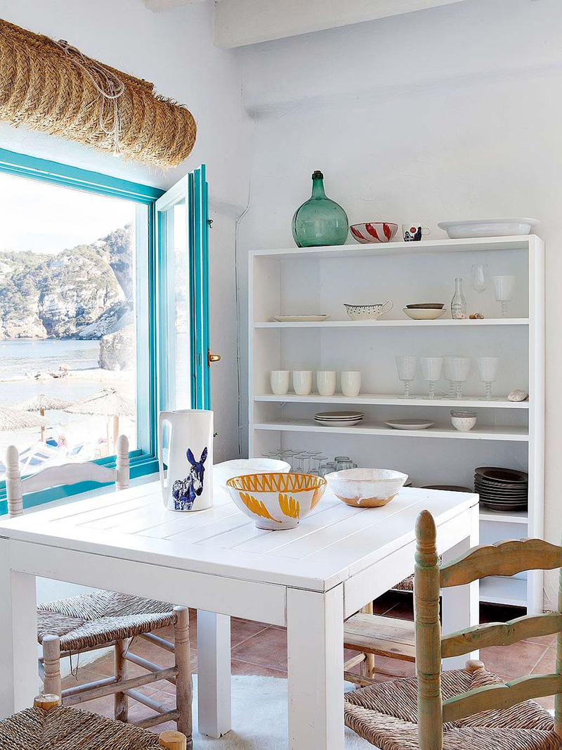 Une maison de pêcheur, rénovée par Jessica Bataille à Alicante // Petit coin repas avec table en bois et chaises en paille