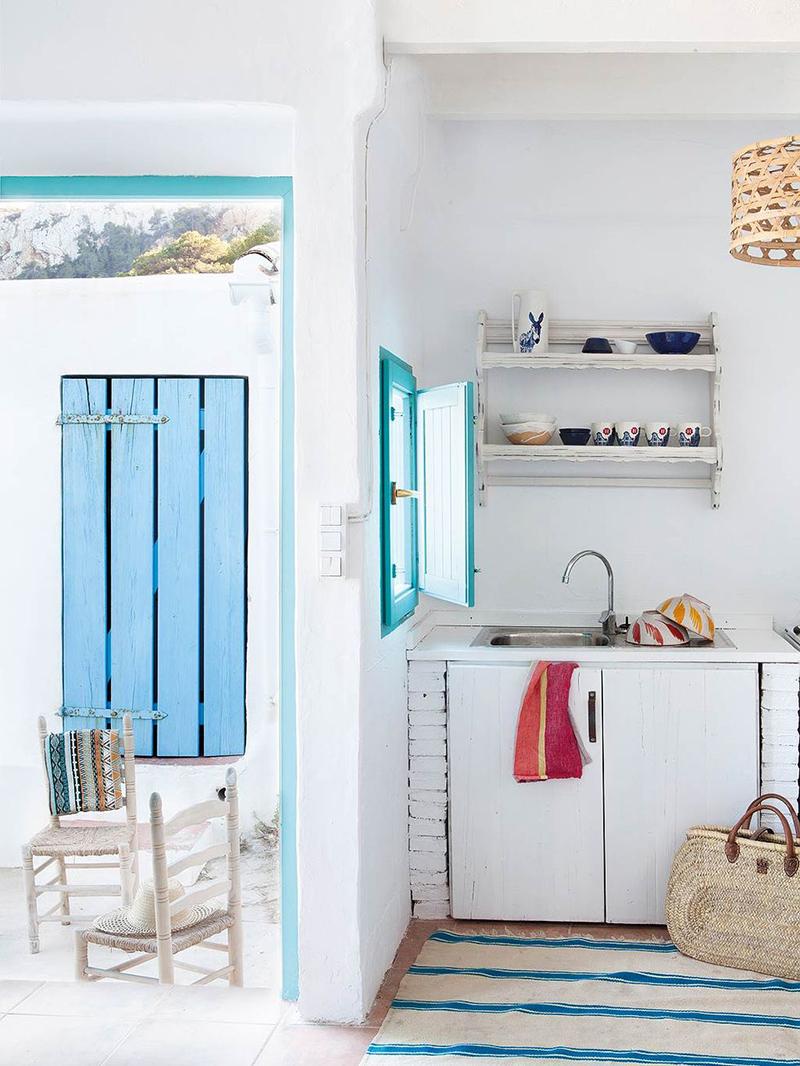 Une maison de pêcheur, rénovée par Jessica Bataille à Alicante // Cuisine en blanc chaulé et bleu turquoise