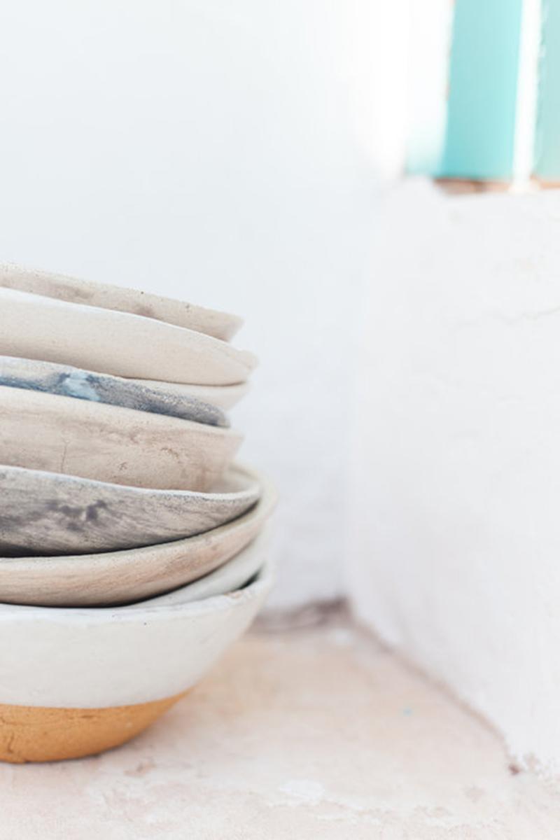 Une maison de pêcheur, rénovée par Jessica Bataille à Alicante // Joli détail, d'assiettes en céramique