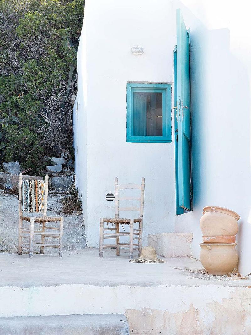 Une maison de pêcheur, rénovée par Jessica Bataille à Alicante // Murs blancs chaulés et huisseries en bois bleu turquoise