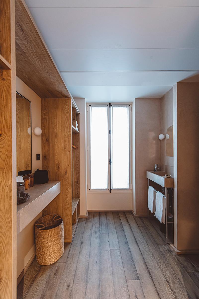 Hoy hôtel à Paris, une esthétique wabi sabi bohème // Bois brut et enduit mural beige pour les vestiaires