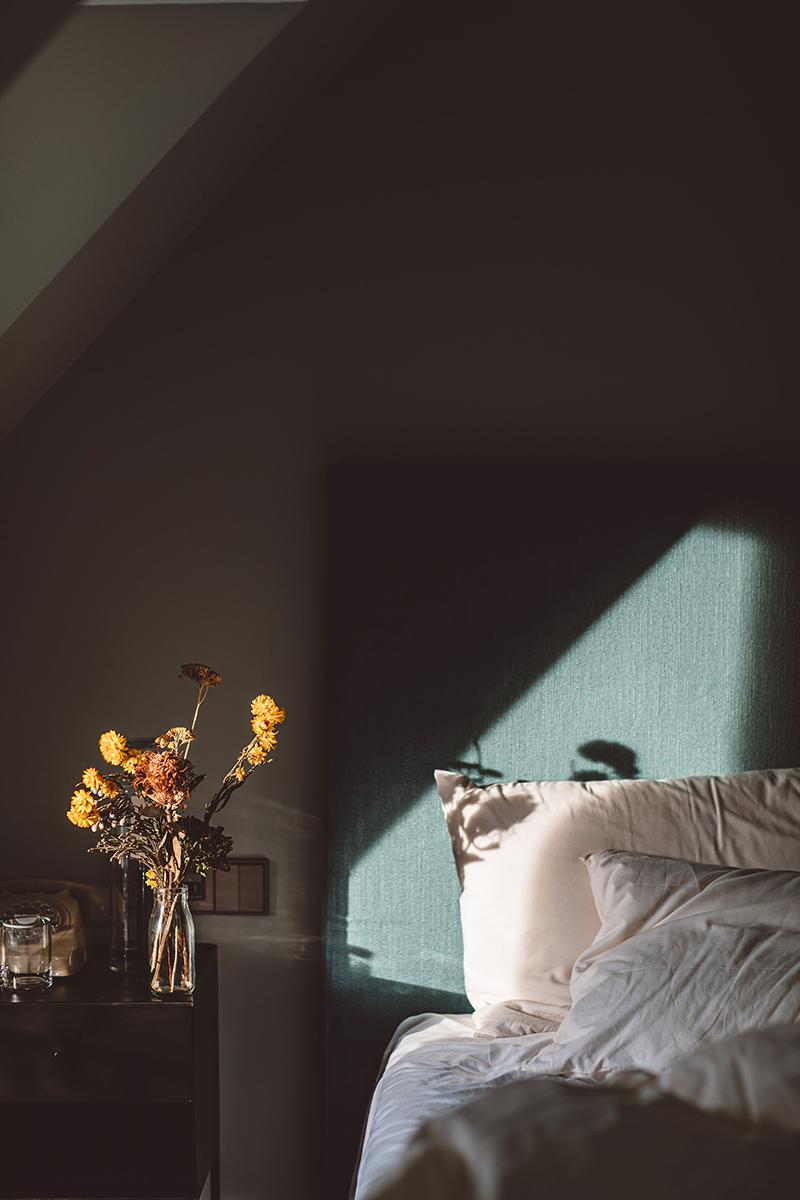 Hoy hôtel à Paris, une esthétique wabi sabi bohème // Tête de lit en lin bleuté