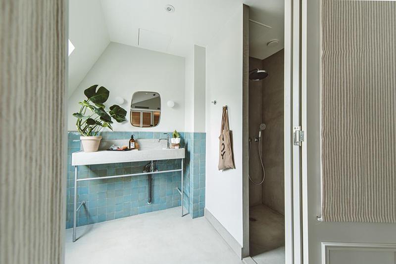 Hoy hôtel à Paris, une esthétique wabi sabi bohème // Coin lavabo en zellige bleuté