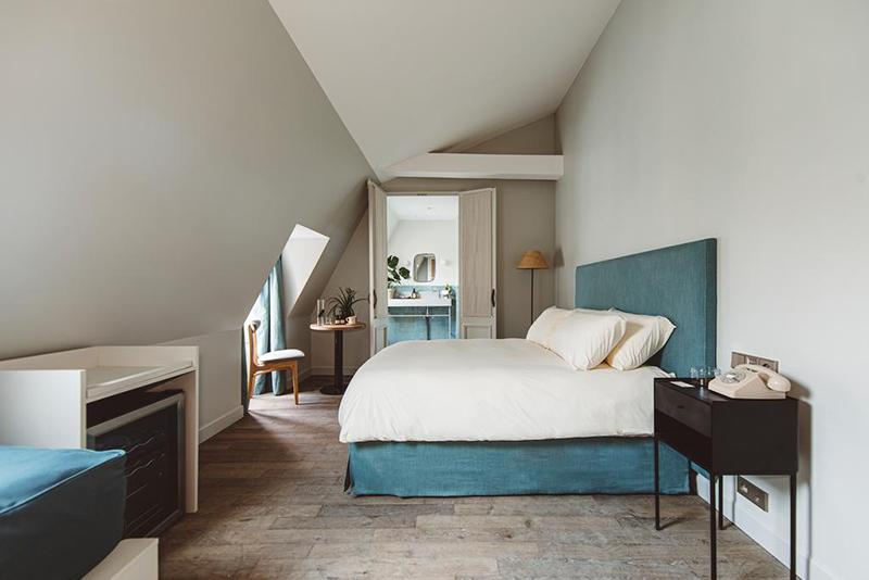 Hoy hôtel à Paris, une esthétique wabi sabi bohème // Chambre sous les combles