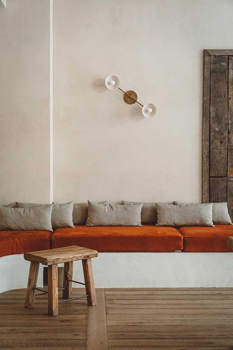 Hoy hôtel à Paris, une esthétique wabi sabi bohème // Banquette maçonnée avec coussin orange brûlé