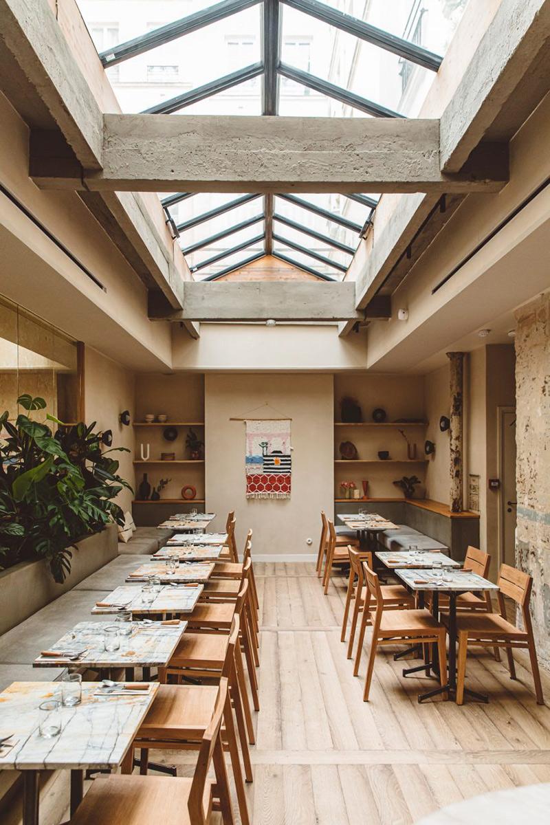 Hoy hôtel à Paris, une esthétique wabi sabi bohème // Salle de restaurant avec une belle verrière de toit