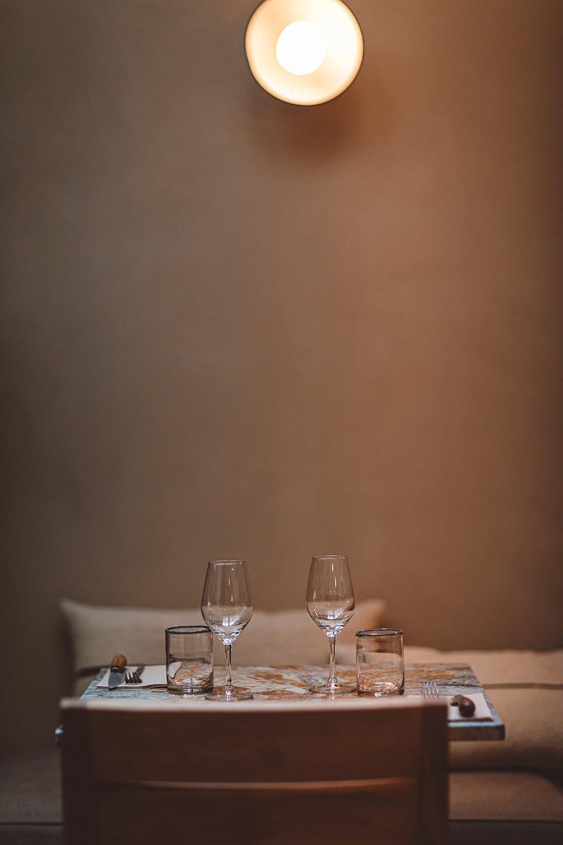 Hoy hôtel à Paris, une esthétique wabi sabi bohème // Salle de restaurant ambiance wabi sabi minimaliste