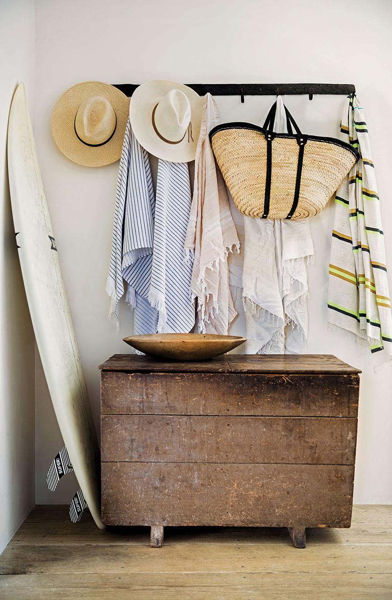 Adopter la fouta en décoration, pour une entrée nature avec des paniers, du bois brut... // Vanessa Alexander design