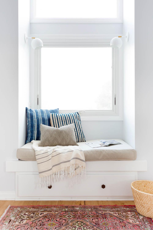 Adopter la fouta en décoration, une idée simple, chic et pas cher à mélanger avec des coussins ethniques et du lin