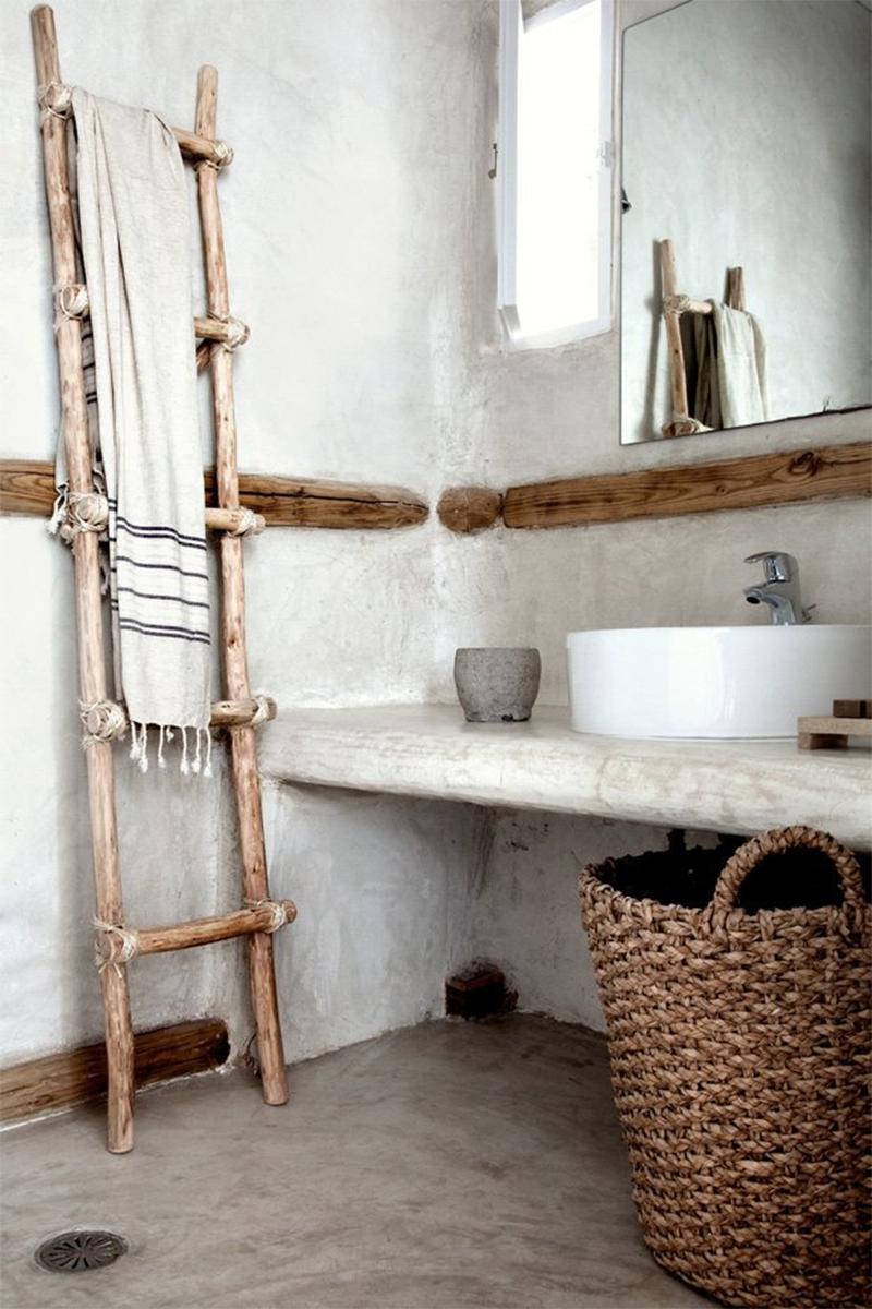 Adopter la fouta en décoration, tout simplement en serviette de bain dans la salle de bain au style wabi sabi // Hôtel San Giorgio Mikonos