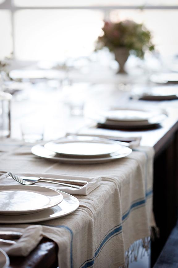 Adopter la fouta en décoration, en chemin de table ou comme nappe pour une table estivale