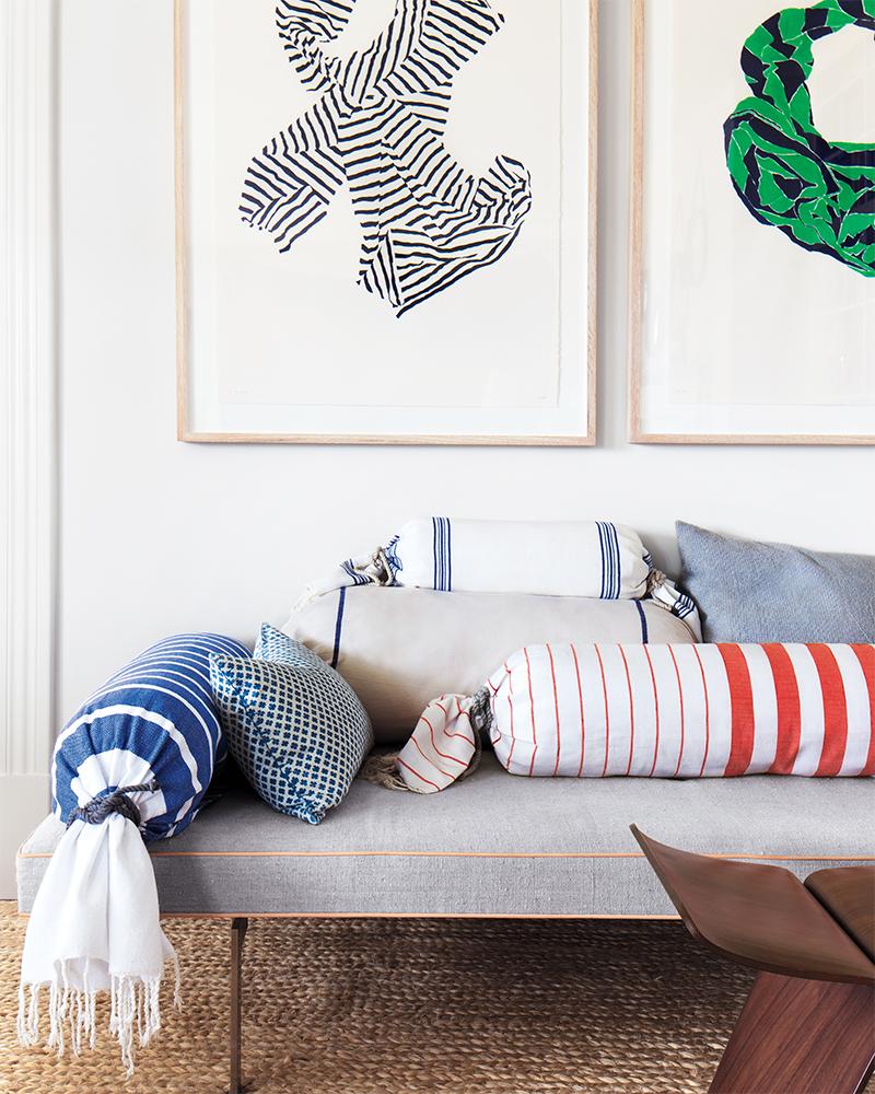 Adopter la fouta en décoration, en les enroulant autour de petits édredons et en les ficelant avec une corde. Une jolie idée facile pas chère