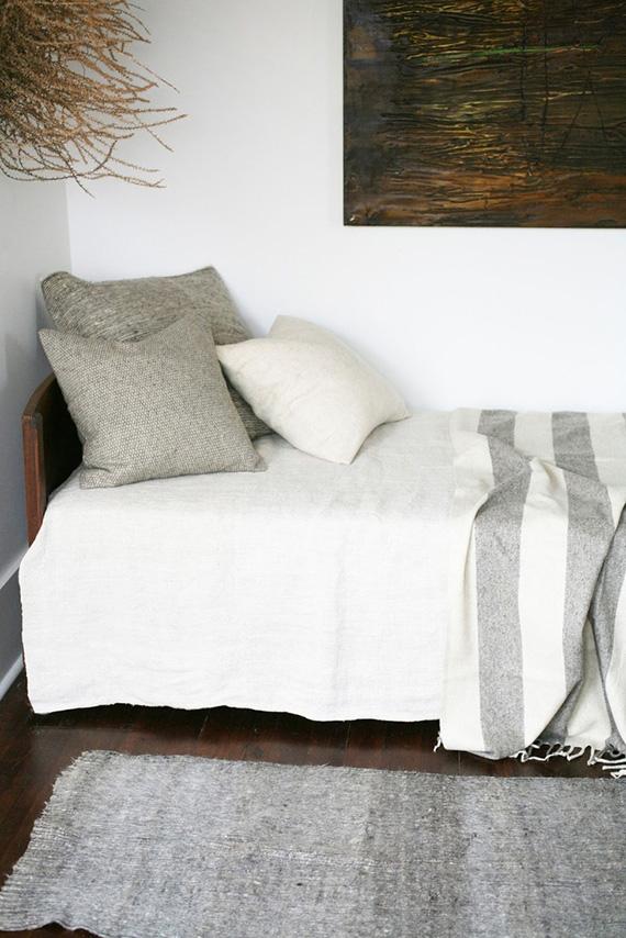 Adopter la fouta en décoration, en plaid pour habiller un lit de jour dans un esprit scandinave ethnique minimaliste en gris et blanc