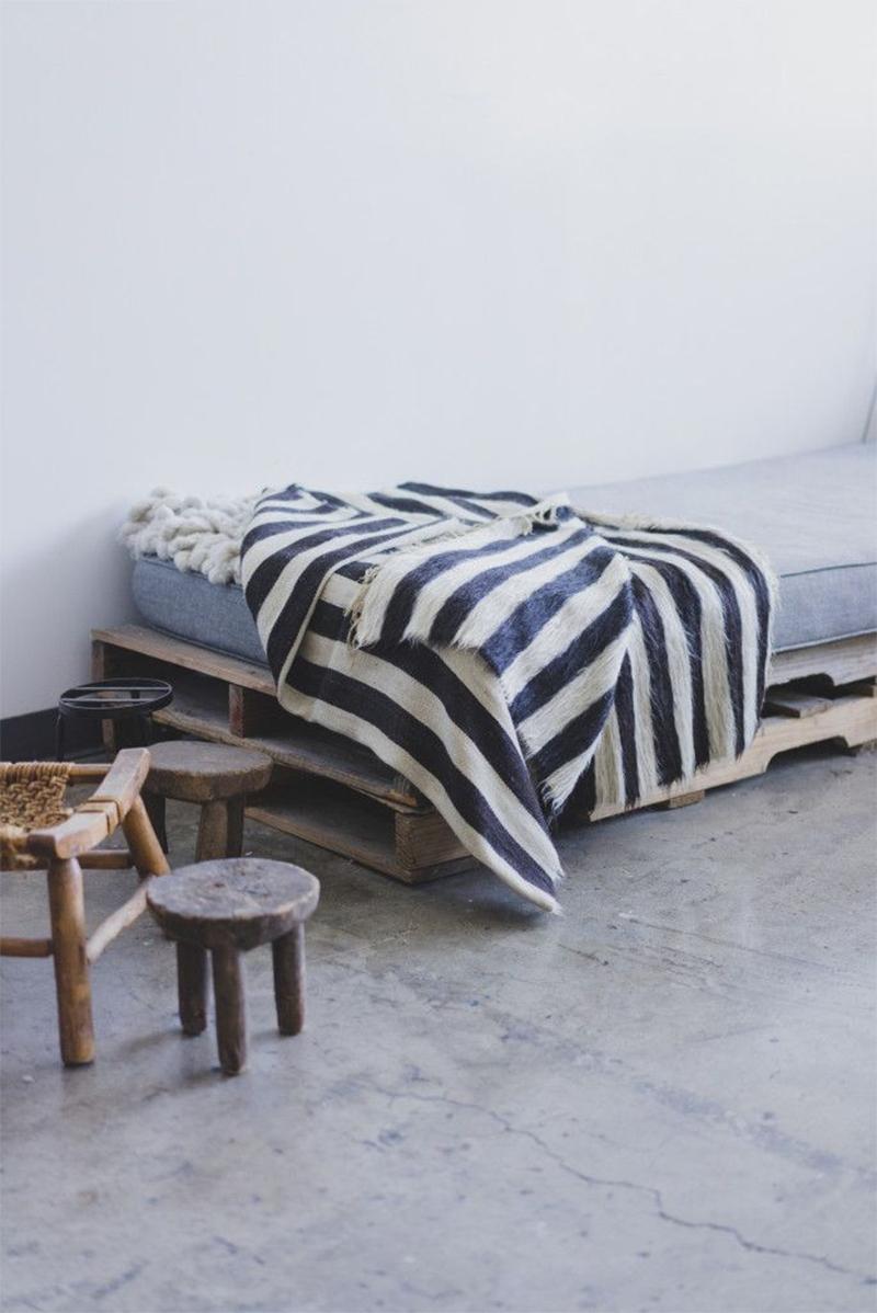 Adopter la fouta en décoration, en plaid pour habiller un lit de jour dans un esprit scandinave ethnique minimaliste