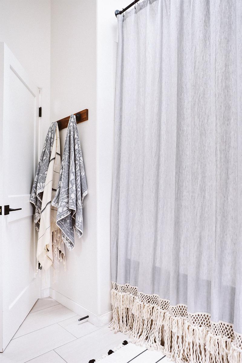 Adopter la fouta en décoration, en rideau de douche, customisé avec une frange en macramé pour une déco plus bohème