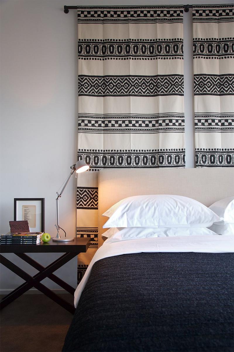 Adopter la fouta en décoration, comme une tenture derrière un lit // Phorm Design