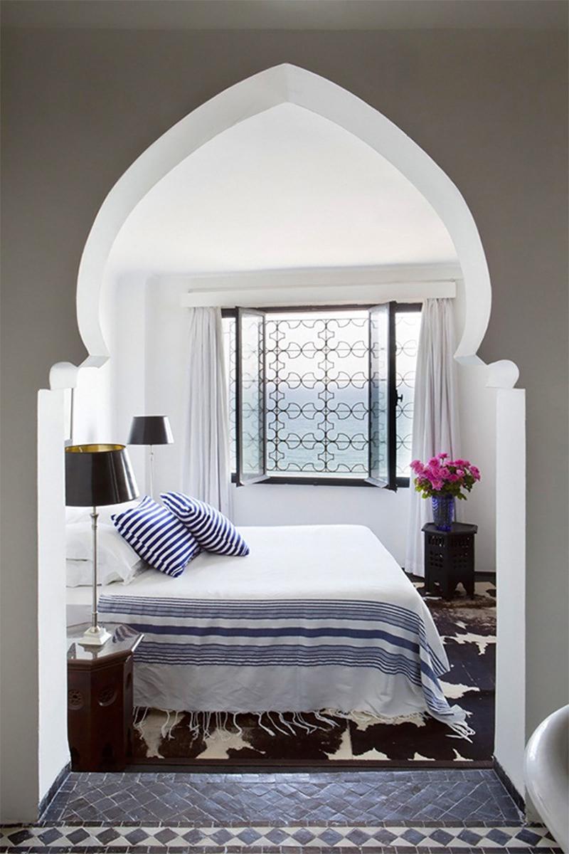 Adopter la fouta en décoration : en jeté de lit comme dans cette maison à Tanger à la déco bord de mer