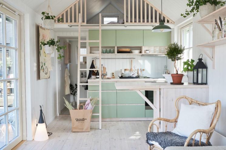 Maisons cabanes, maisons d'été en préfabriqué par la société suédoise Sommernöjen // Cabane au style scandinave bois clair, pastel et blanc