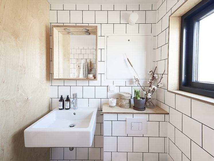 Maisons cabanes, maisons d'été en préfabriqué par la société suédoise Sommernöjen // Mini salle de bain en contreplaqué et carrelage blanc