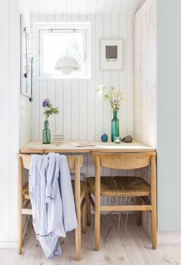 Maisons cabanes, maisons d'été en préfabriqué par la société suédoise Sommernöjen // Version scandinave en lambris blanc et mobilier de brocante