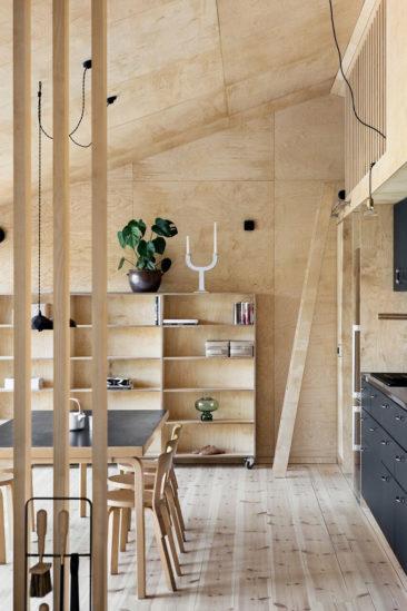 Maisons cabanes, maisons d'été en préfabriqué par la société suédoise Sommernöjen // Version contemporaine avec un revêtement en contréplaqué et
