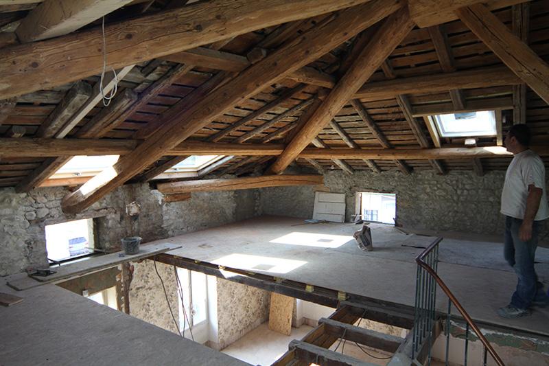 Réflexion sur l'art de rénover l'ancien // Réalisation Richard Vieux // Création d'un plancher en verre pour apporter de la lumière au ré-de-chaussée