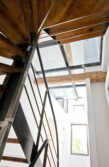 Réflexion sur l'art de rénover l'ancien // Réalisation Richard Vieux // Création d'un plancher en verre pour apporter de la lumière au ré-de-chaussée avec verrière de toit