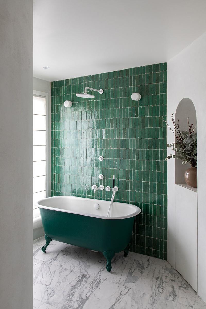Un mur en faïence verte dans sa déco // Atelier Leymarie Gourdon