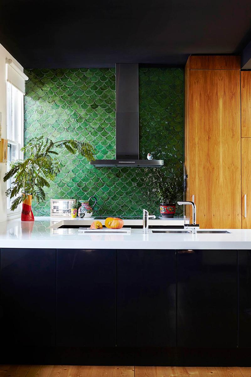 Un mur en faïence verte dans sa déco // Une crédence de cuisine en écaille de poisson