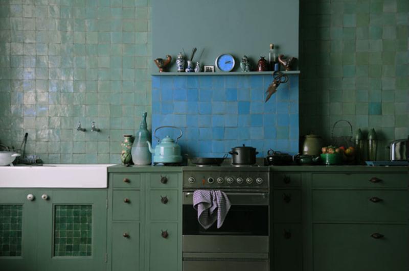 Un mur en faïence verte dans sa déco // Maison d'Agnès Emery à Bruxelles