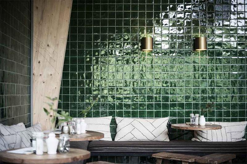 Un mur en faïence verte dans sa déco // Jonge Boomen - Projet Paviljoen Buiten in de Kuil