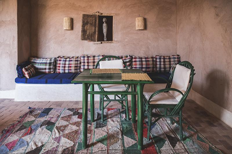 Berber Lodge une ambiance wabi sabi, désert // Banquette réalisée avec des couverture HaÏk