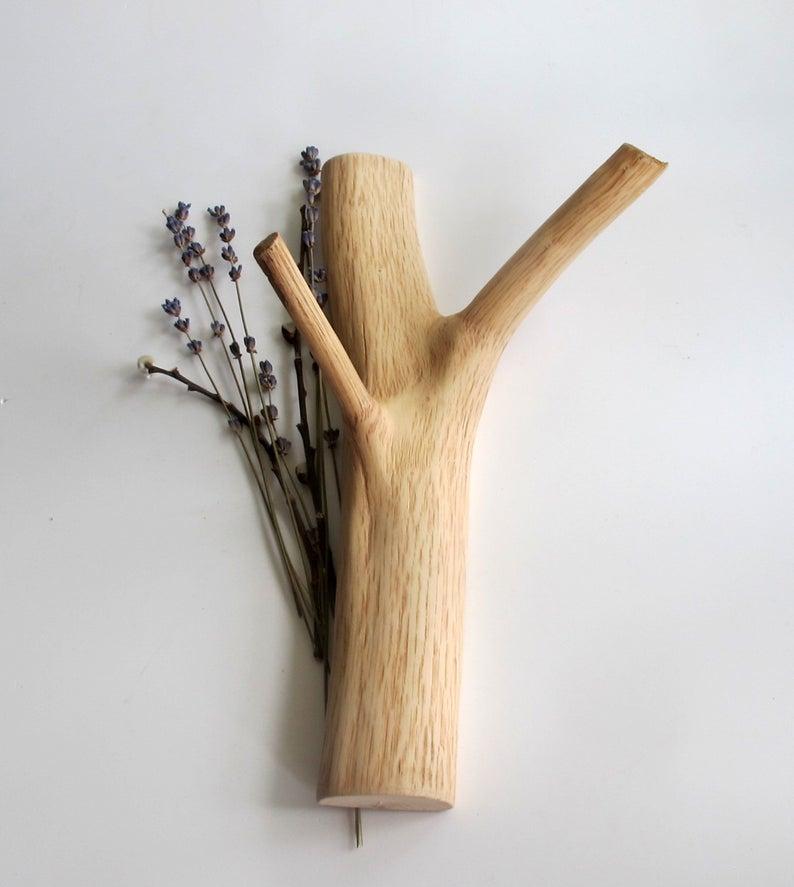 Patère, fabriquée à partir d'une branche, 25 €, sur la boutique Etsy Vishemir.
