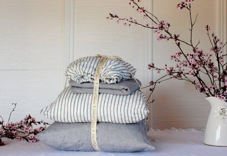 Ensemble draps de lit en lin, dans les tonalités grises, à partir de 175 € sur la boutique Casa de Linos