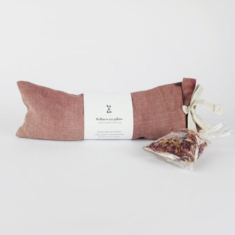 Oreiller de bien-être en lin, contenant des graines de moutarde et des pétales de rose, rafraîchissant et apaisant pour la peau, lin, 41 € sur la boutique Kaliko Co