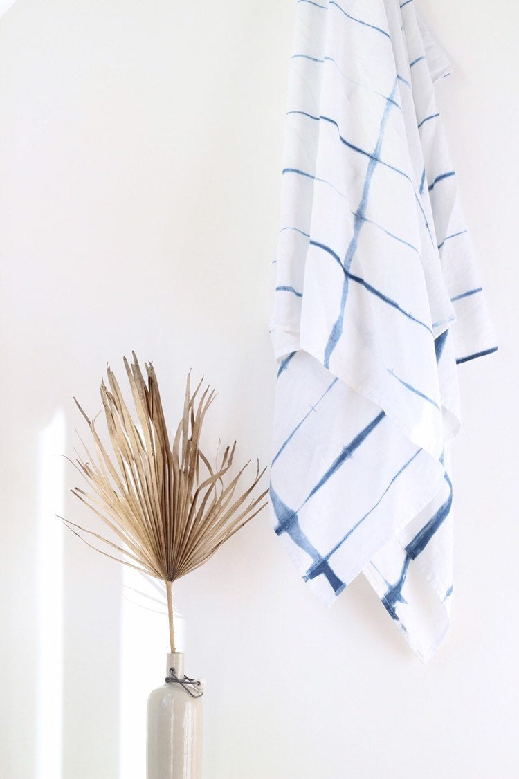Jeté en lin shibori indigo, impression tie dye, sur la boutique Marram Designs, 75 €