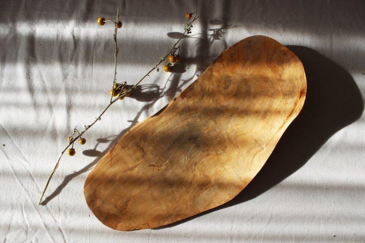Grand plateau rustique, fait à la main en bois d'olivier, 70 € sur la boutique Etsy Wood linear store