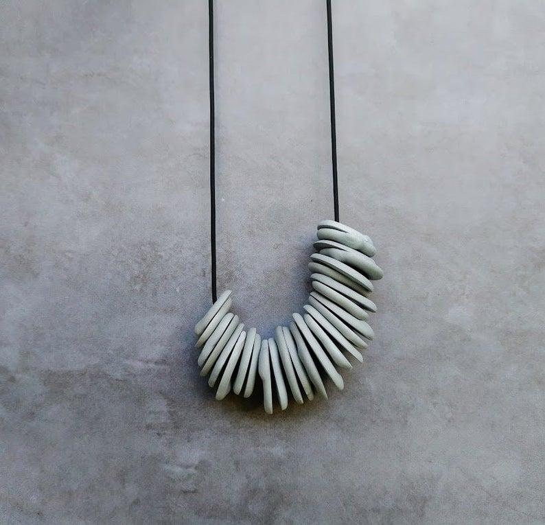 Collier en porcelaine grise, 69,46 €, sur la boutique Etsy Bininaor