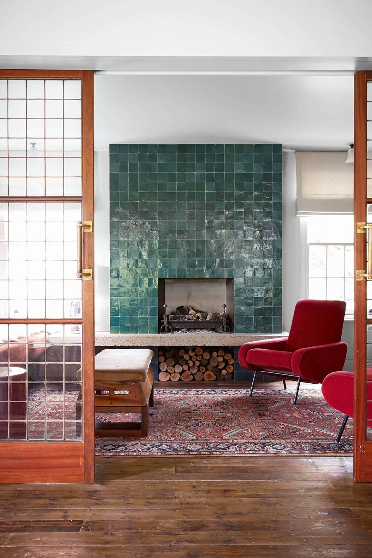 Des Zelliges verts pour décorer une cheminée // Ferme rénovée par le studio Retrouvius