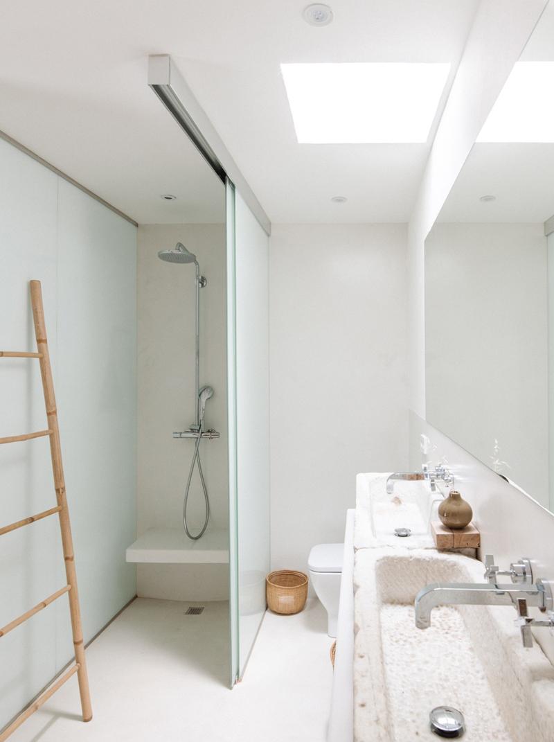 Une salle de bain à la déco méditerranéenne, minimaliste et bohème