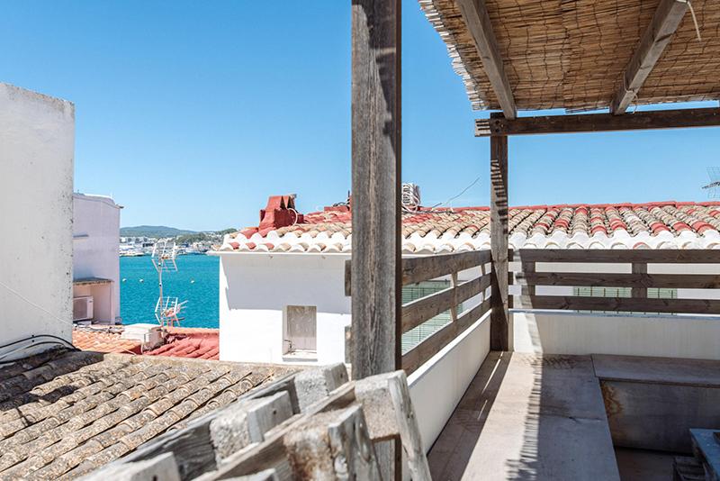 Un petit duplex à acheter à Ibiza avec sa terrasse avec vu sur mer. On rêve....