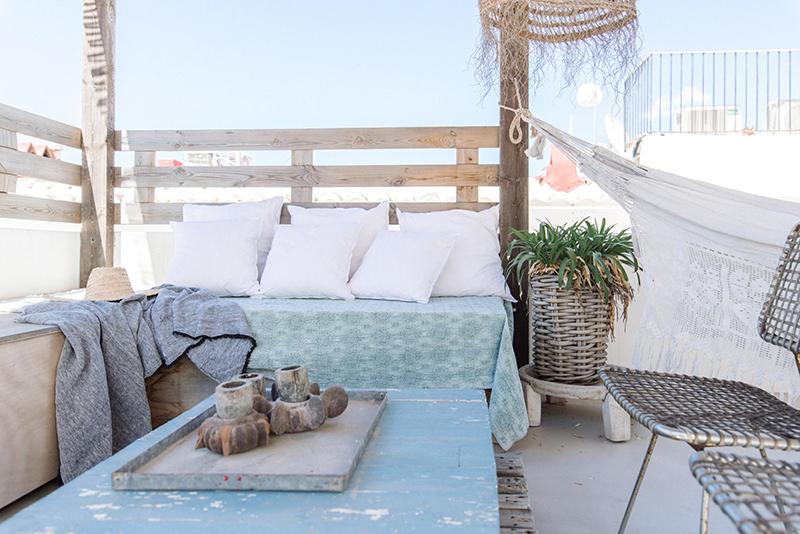 Un petit duplex à acheter à Ibiza avec sa terrasse bohème avec vu sur mer. On rêve....
