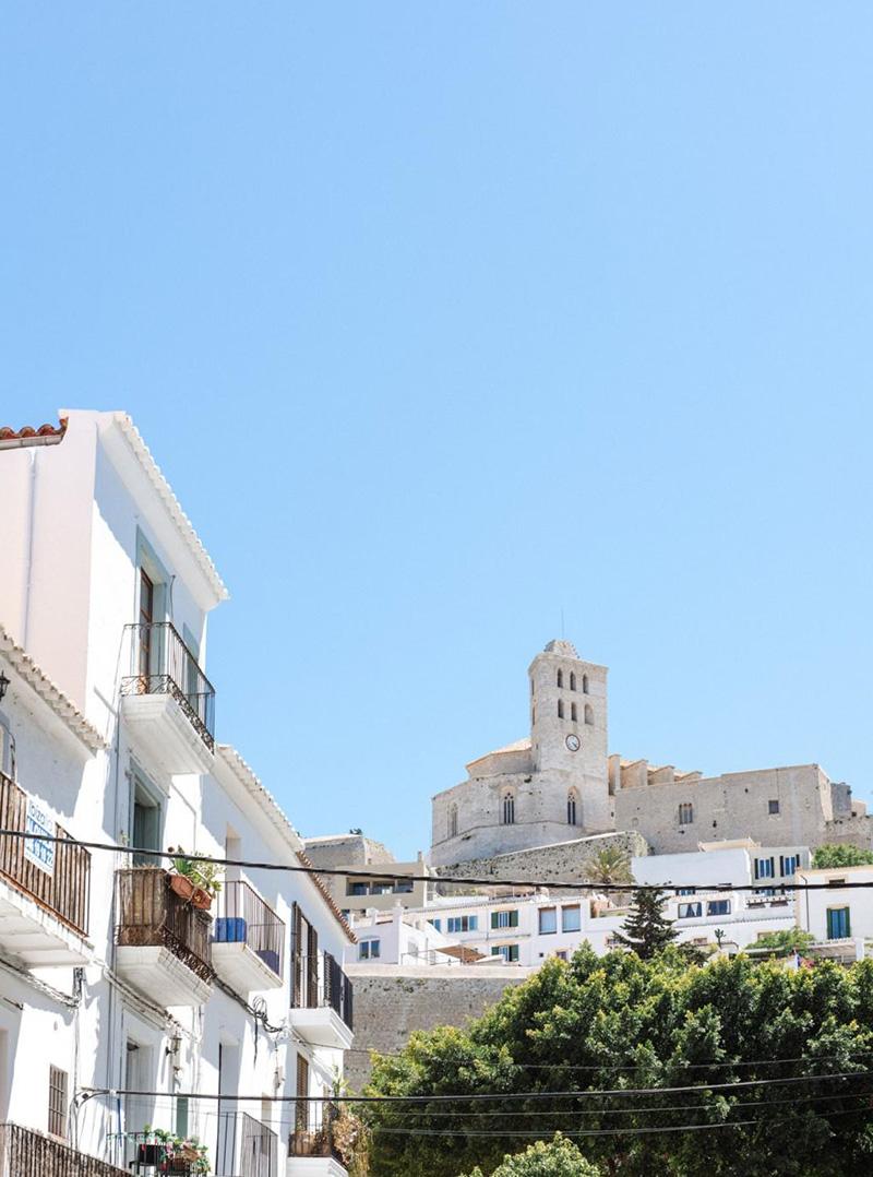 Un petit duplex à acheter à Ibiza avec sa terrasse bohème avec vu sur la vieille ville
