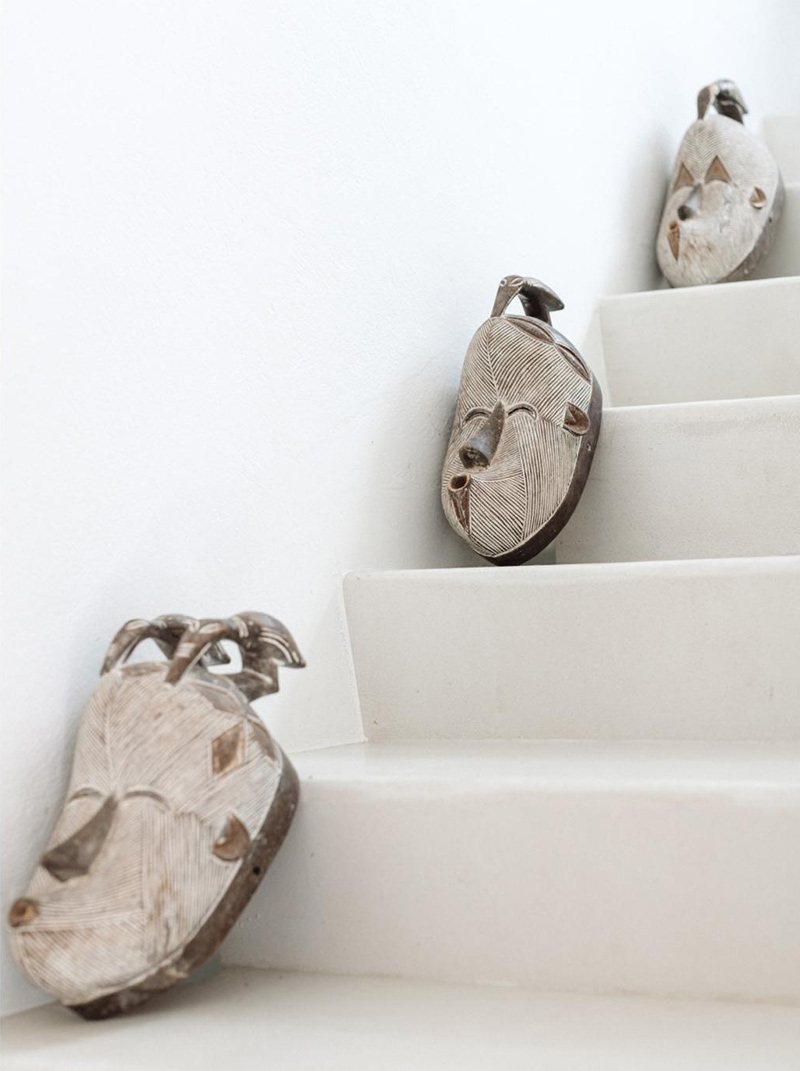 Escalier en béton ciré et masques ethniques