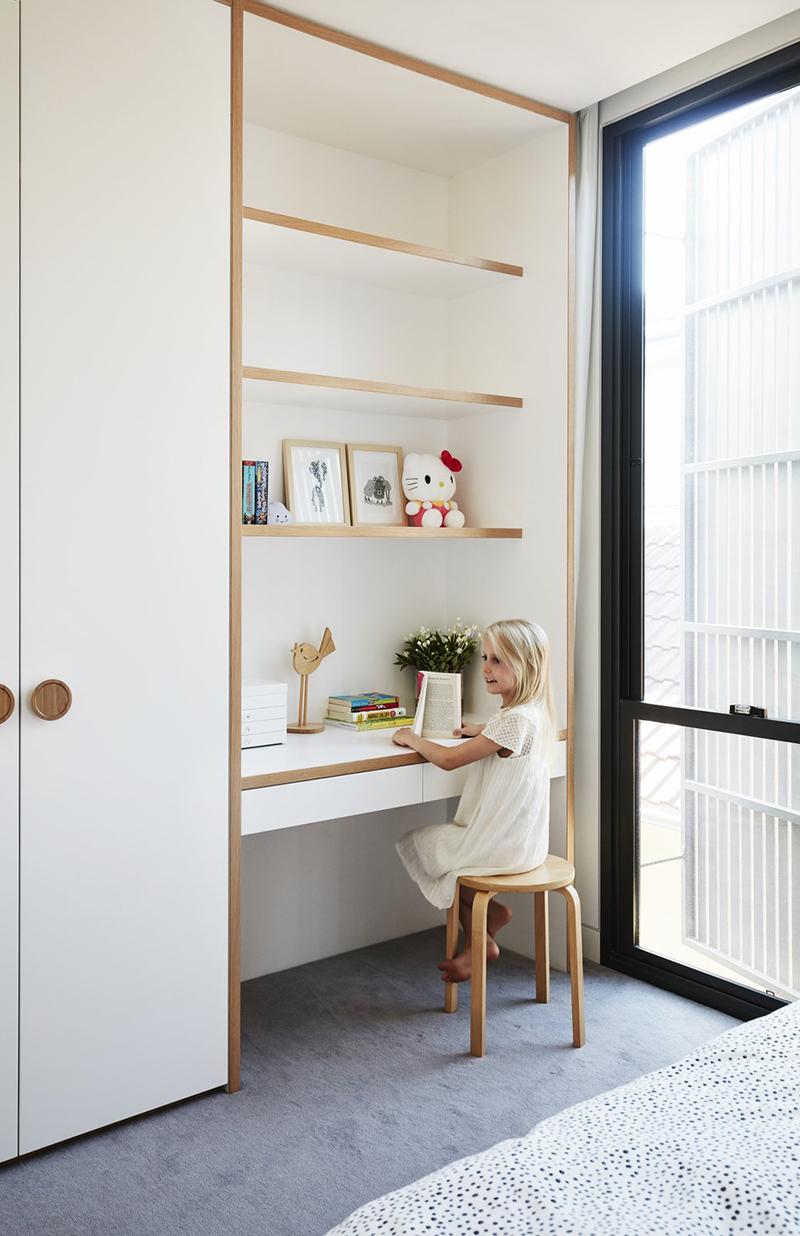 Un bureau de chambre d'enfant, agencé entre un mur et un placard // Design intérieur : Madeleine Blanchfield Architects