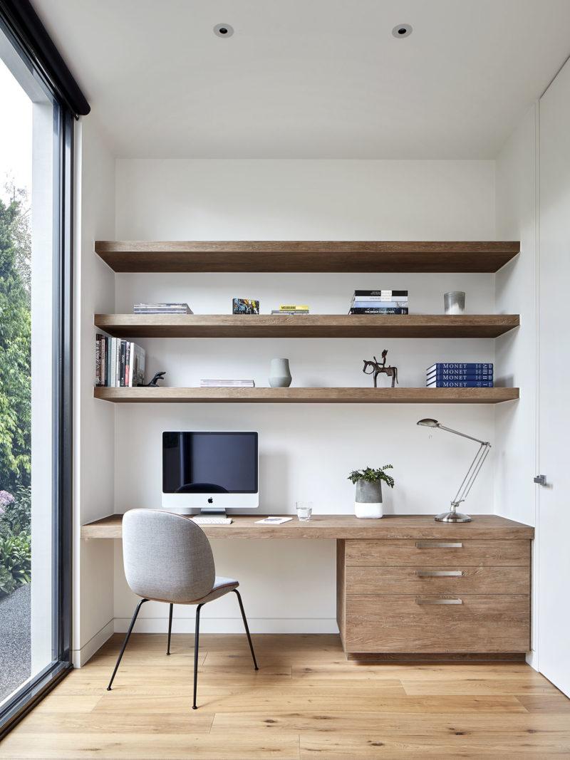 Un agencement de bureau entre deux murs, minimalistes