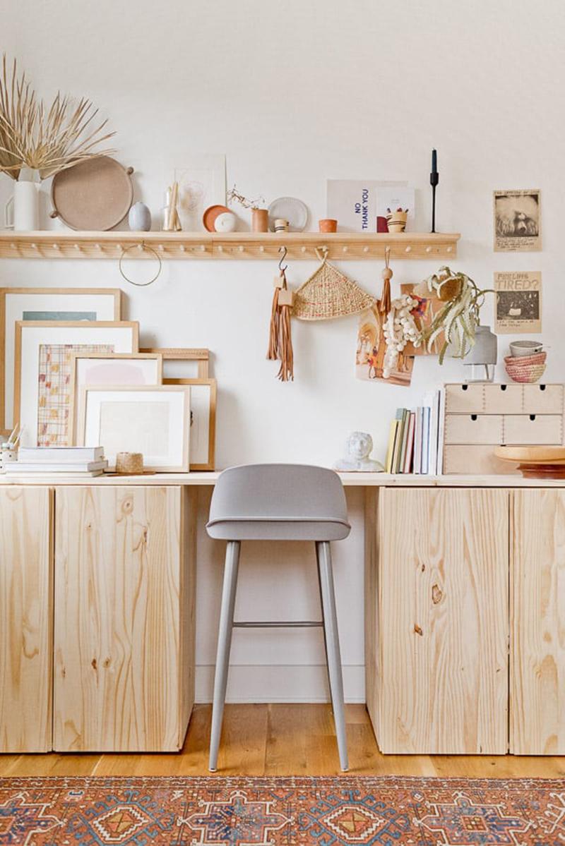 Un bureau haut réalisé avec les fameux placards en pin IVAR Ikea par papernstitchblog.com